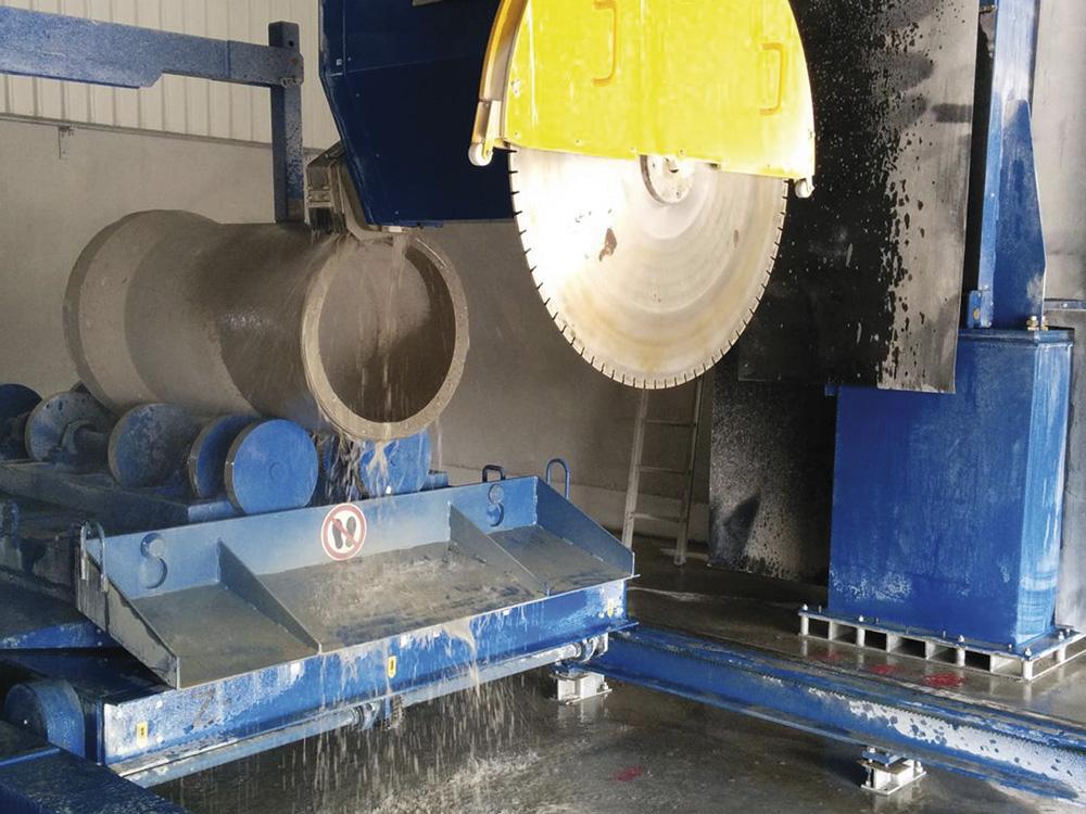 Säge und Betonrohr einer Sondermaschine von mbk